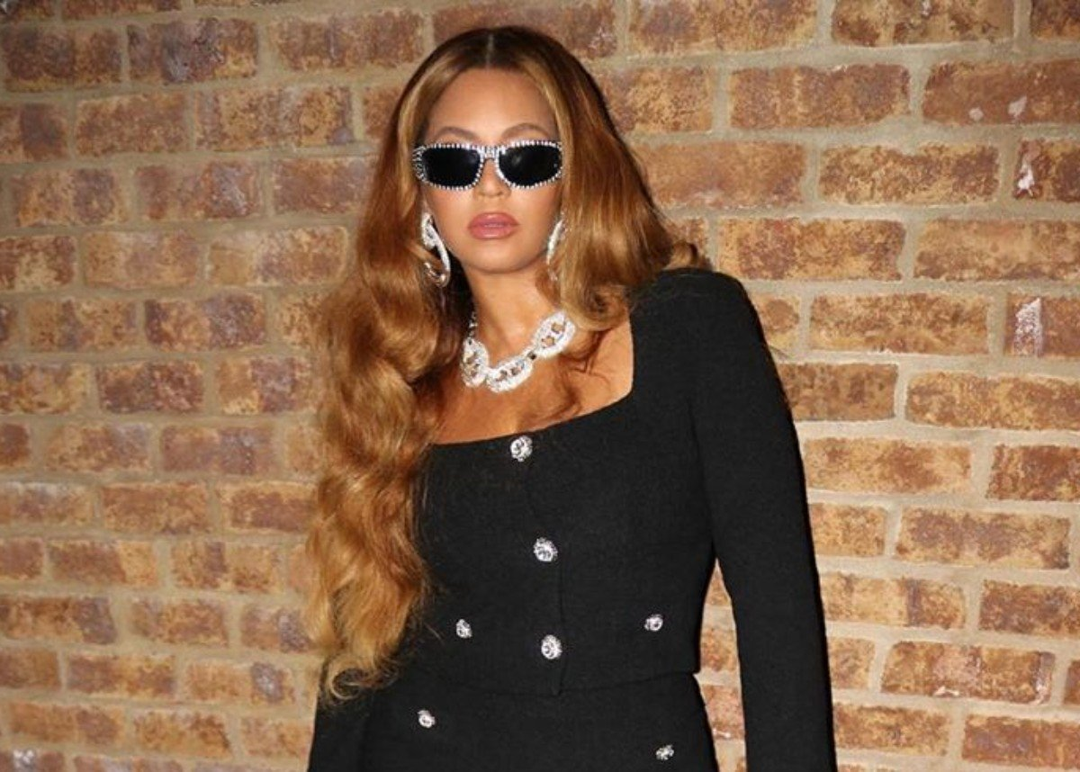 Beyonce Puts Her Curves On Full Display In Black Mini Skirt