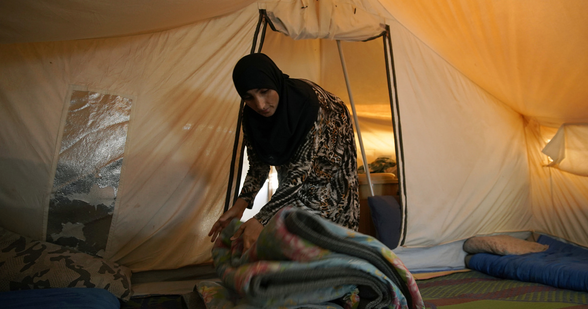 Displaced people in Iraq left with no refuge as police shut camps