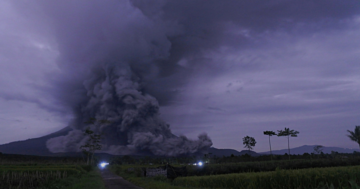 Indonesia: Thousands evacuated amid rising activity in volcanoes